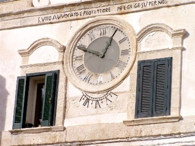 l'Orologio Solare nella piazza centrale di Polignano