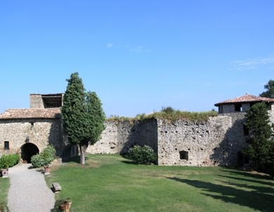 cortile della Rocca d'Olgisio in Val Tidone